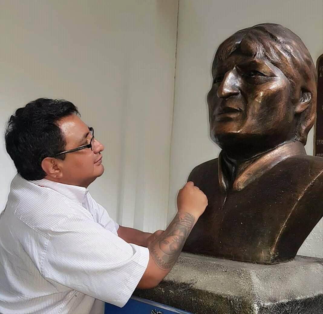 busto o cabeza de bronce de evo morales