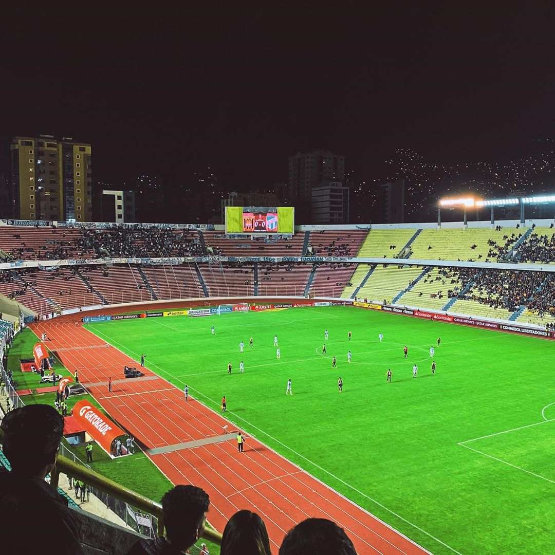 El estadio Hernando Siles de La Paz de noche